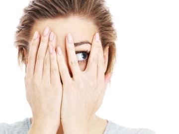 朝起きると、白目が真っ赤に! 痛みも思い当たる原因もないのみ、充血とは全く違う血のにじみ方に驚く方もいるようです。これは「結膜化出血」で、1~2週間で自然治癒し、視力低下などの影響の心配もありません。わかりやすく医師が解説します