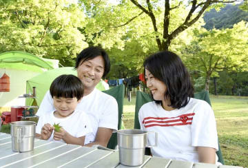 大野暮らしを楽しむ野上さん家族=8月22日、福井県大野市中島の麻那姫湖青少年旅行村