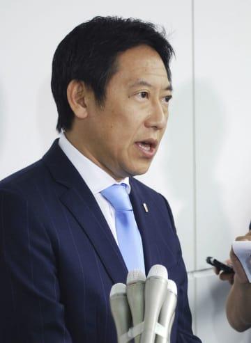 取材に応じるスポーツ庁の鈴木大地長官=1日午後、羽田空港