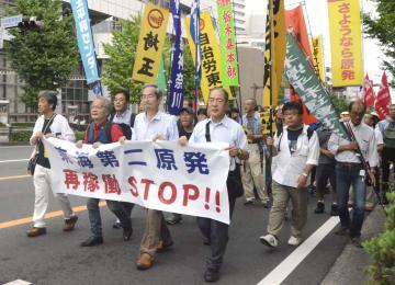 日本原子力発電東海第2原発の再稼働に反対、デモ行進する人たち=1日午後、水戸市