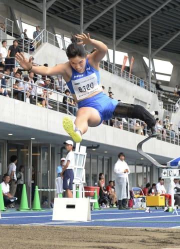 女子走り幅跳び(切断T63) 4メートル07の日本新で優勝した兎沢朋美=屋島レクザムフィールド