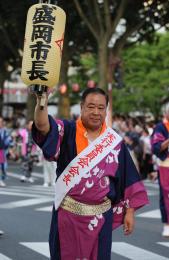 盛岡さんさ踊りの開幕パレードで先頭を歩く谷藤氏=8月1日