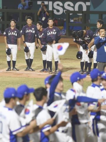 決勝で韓国に敗れた日本チーム(奥)=ジャカルタ(共同)