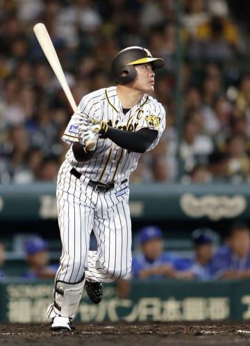7回阪神無死、福留が右中間に本塁打を放つ=甲子園