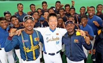 スリランカ代表の元監督の後田剛史郎さん(前列中央)とヘワゲ監督(同右)、パティラージャコーチ(同左)=1日午後、宮崎市・生目の杜運動公園