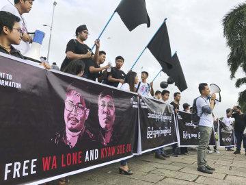 1日、ミャンマーの最大都市ヤンゴンで、ロイター通信記者の2被告の釈放を求めるデモ参加者ら(共同)