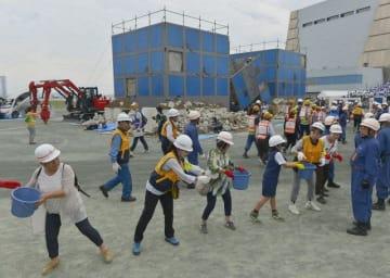 訓練には市民も参加、バケツリレーで初期消火に取り組んだ =川崎市川崎区