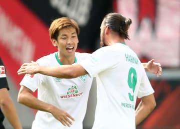 チームメイトとゴールを喜ぶ大迫 photo/Getty Images