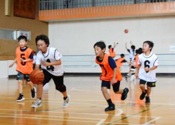 白熱した攻防を繰り広げる二戸地区の選手たち=二戸市・浄法寺体育館