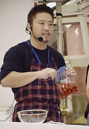 県産ミニトマトを使った料理を紹介する栗原さん