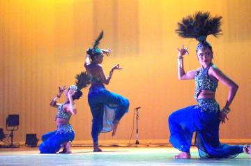クジャクの動きを表現したダンスなど多彩なプログラムが会場を沸かせた=1日、山武市