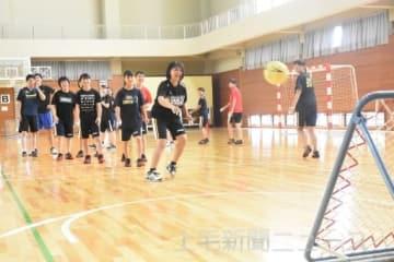 チュックボールを体験する高校生