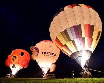 熱気球が色鮮やかに夜空を彩った「バルーンイリュージョン」=1日午後6時36分、大船渡市三陸町越喜来