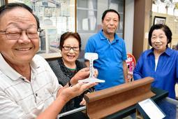 文鎮の製作に関わった(左から)廣田清政さんと横山昭栄さん、松本進さん、廣田幸子さん=三木鉄道ふれあい館
