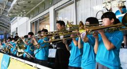 仙台-清水の試合前にスタンドで演奏する名取二中吹奏楽部の生徒ら