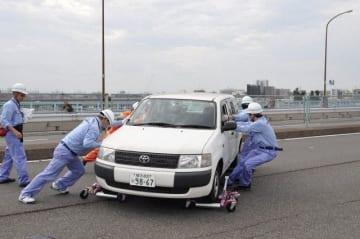 被災車両を移動させるなどして緊急交通路を確保した災害交通対策合同訓練=東京都世田谷区の新二子橋