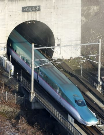 青森側から青函トンネルに入る北海道新幹線=2016年3月、青森県今別町