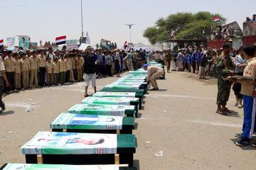 サウジアラビア主導の連合軍によるバスへの空爆で犠牲になった人々のひつぎ=イエメン北部サーダ州、8月13日(ロイター=共同)