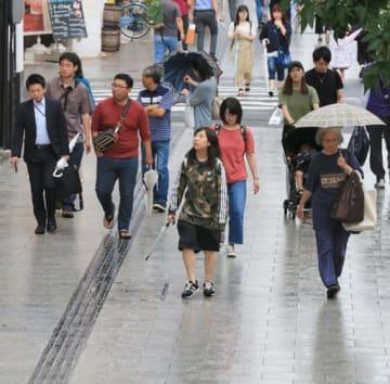 時折雨が降り、真夏日から解放された広島市中心部。長袖を着た人も目立った(1日午後3時29分、広島市中区大手町)