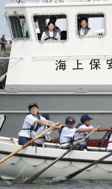 巡視艇から八戸海洋少年団の訓練を視察される高円宮家の三女絢子さまと母の久子さま=2日、青森県の八戸港(代表撮影)