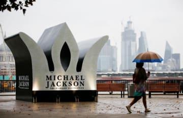 8月29日、「キング・オブ・ポップ」と称された故マイケル・ジャクソンさんが生誕60周年を迎えたことを記念し、英ロンドンのサウスバンクにこの日限りの巨大な王冠型モニュメントが作られ、ファンらが集合した - (2018年 ロイター/Henry Nicholls)