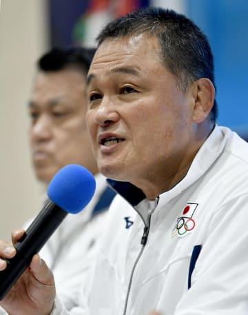 記者会見する日本選手団の山下泰裕団長=2日、ジャカルタ(共同)