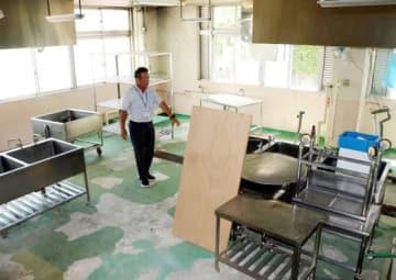 給食調理室の被災状況を話す安浦小の山崎義之校長