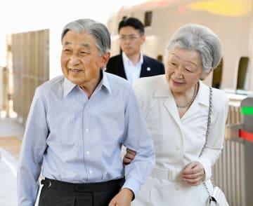 ご静養に出発された際の天皇、皇后両陛下=8月22日午前、JR東京駅(代表撮影)
