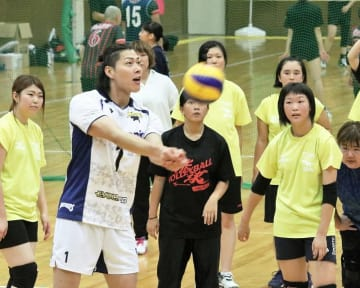 清水邦広選手(手前左から2人目)からこつを学ぶ選手=9月1日、福井県福井市ちもり体育館