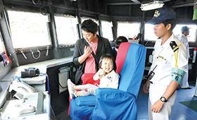 海上自衛隊の試験艦あすかの艦橋を見学する市民