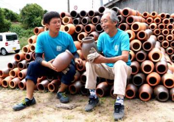 これまでに作ったタコつぼの出来を確かめる久野さん(左)と田中さん