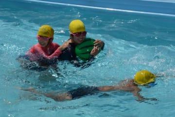 プールで笑顔を見せる豪雨災害の被災地の子どもたち=2日午後、伊予市下三谷