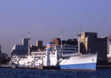船体と煙突がブルーと白色に塗られた氷川丸=1985年1月9日(横浜みなと博物館提供)
