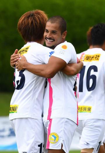 【テゲバジャーロ宮崎-マルヤス岡崎】後半3分、フェリピーニョ(中央)が先制ゴール。パスを出した三島(左)と抱き合って喜ぶ