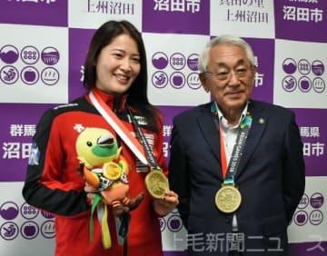 横山市長に銅メダル獲得を報告した田村選手(左)