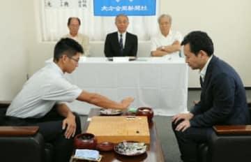 第61期大分合同本因坊戦で対局する松田将典本因坊(右)と日高陽光さん=2日、大分合同新聞社別館