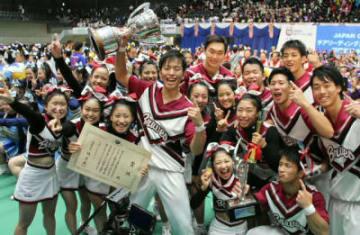 チアリーディングの日本選手権でV奪還を喜ぶ日本文理大「BRAVES(ブレーブス)」のメンバー=2日、群馬県高崎市の高崎アリーナ