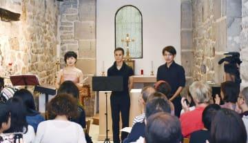 チャリティーコンサートを開いた(左から)近藤智子さん、グルダン・エイジロウさん、岩本拓郎さん=2日、パリ(共同)