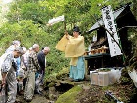 保存会会員や登山者が参加した水神社祭