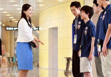 日本代表選手にお声掛けされる佳子さま=2日午後0時53分、つくば国際会議場(代表撮影)