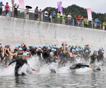 水しぶきを上げ一斉にスタートするスタンダードの部の選手たち=2日、釜石市鵜住居町・根浜海岸