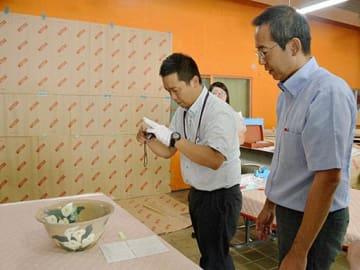 持ち込まれた応募作品を点検する運営委員ら=2日、鳥取市の県立博物館