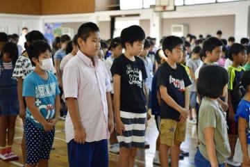 2学期の始業式が開かれ、西日本豪雨の犠牲者を悼み黙とうする広島県呉市立天応小の児童ら=3日午前