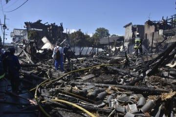 国の重要伝統的建造物群保存地区であった火災で、焼け落ちた住宅=3日午前、大阪府富田林市