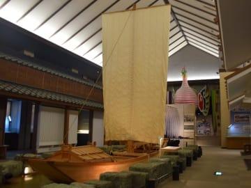 展示室の中で圧倒的な存在感を放つ、利根水運の象徴「高瀬船」の模型=野田市の「県立関宿城博物館」