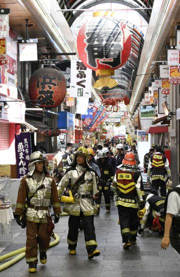 近隣で発生した火災で騒然とする黒門市場=3日午前、大阪市