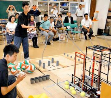 全国高校ロボット競技大会の県大会で真剣な表情で自作機を操作する出場者