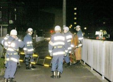 女児が列車にはねられた現場付近を確認する消防署員=9月2日午後9時5分ごろ、福井県越前市堀川町