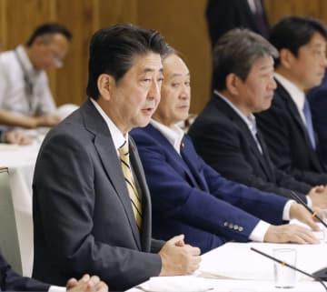 政府与党連絡会議であいさつする安倍首相=3日午後、首相官邸