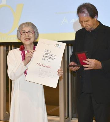 国際アンデルセン賞の授賞式で、賞状を掲げる角野栄子さん=8月31日、アテネ(共同)